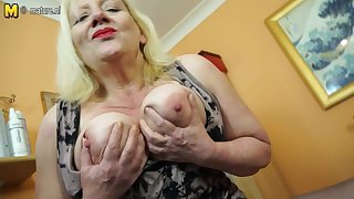Raunchy British Housewife Playing With The brush Hairy Snatch - MatureNL