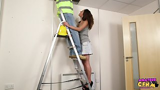 Homemade video of sexy babe Samantha Page blowing a repair man